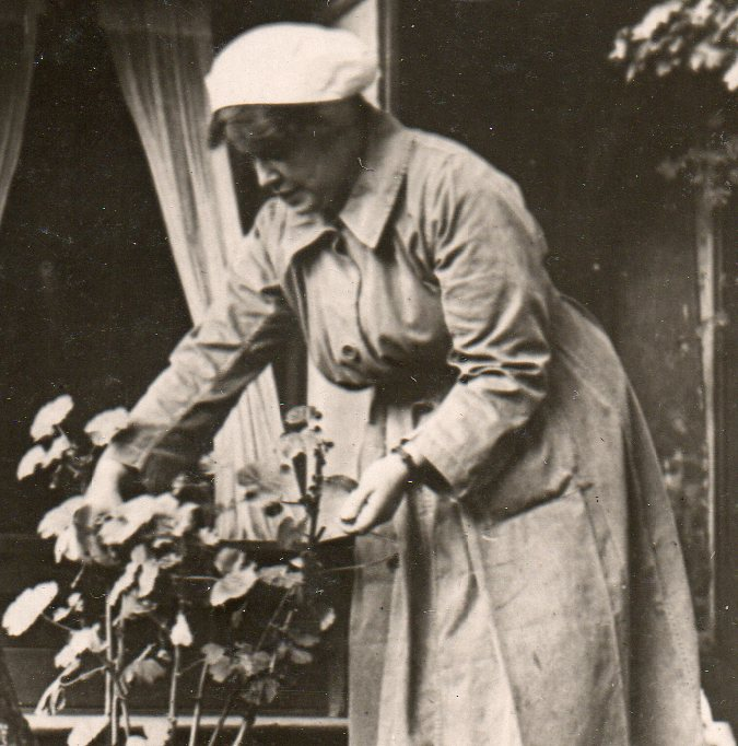 WWI--e--women--cook wif flowers665