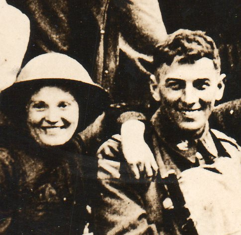 WWI--crowds--free town detb703