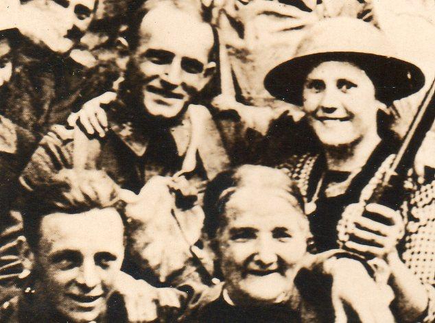 WWI--crowds--free town detc704
