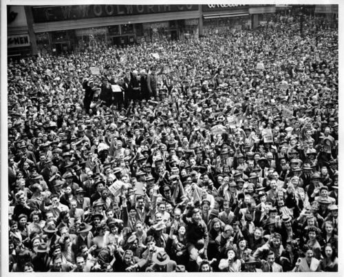 CROWDS ve dAY