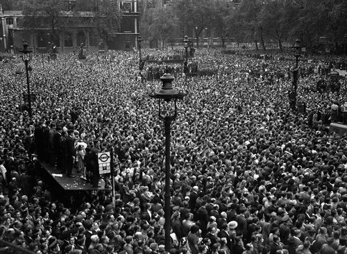 Crowds VE whitehall