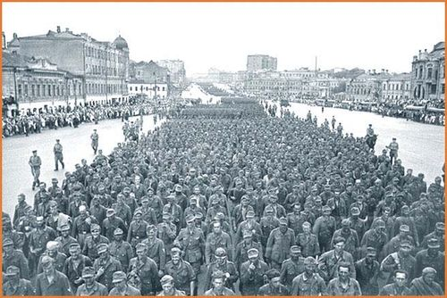 Crowds german pows moscow